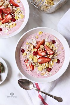strawberry banana bowls with cranberries, muesli & sliced ​​almonds