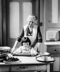Vintage photo, baking with Grandma.how sweet the memoty. Vintage Pictures, Old Pictures, Old Photos, Vintage Housewife, Photo Vintage, The Good Old Days, Vintage Photographs, Belle Photo, Historical Photos