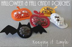These may need to make it to school for a Halloween treat. Keeping it Simple: Halloween and Fall Candy Pouches Tutorial. Perfect treats for Halloween parties. Dulceros Halloween, Halloween Party Favors, Holidays Halloween, Halloween Treats, Halloween Decorations, Halloween Parties, Fall Treats, Halloween Banner, Imprimibles Halloween