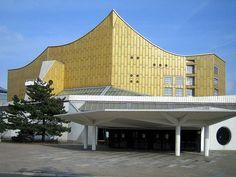 Bernhard Hans Henry Scharoun (1893 - 1972) was een West-Duitse architect die zich bezighield met organische architectuur. Zijn meest bekende creatie is de Philharmonie (hier afgebeeld), het concertgebouw van de Berliner Philharmoniker. In 1970 werd hij onderscheiden met een Erasmusprijs.