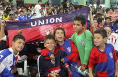 Más de 600 niños participaron del cierre de la Liga Comunitaria de Florencio Varela Fue la semana pasada en la sociedad de fomento Gobernador Monteverde. Los niños y adolescentes que participaron durante todo el año de las distintas actividades del proyecto recibieron sus trofeos.