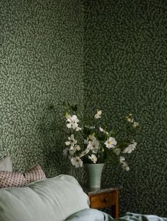 The wallpaper pattern Hazel from Boråstapeter Dark green wallpaper Dark Green Wallpaper, Classic Wallpaper, Red Cottage, Botanical Wallpaper, Kitchen Wallpaper, Arts And Crafts Movement, Contemporary Interior, Rustic Style, Pattern Wallpaper