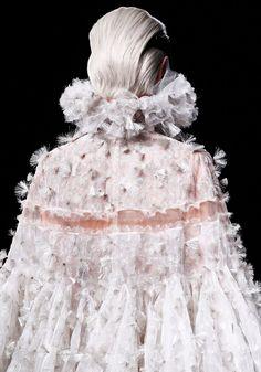 Alexander McQueen Fall 2012 Ready-to-Wear Fashion Show Details Fashion Line, White Fashion, Fashion Week, Unique Fashion, Fashion Details, World Of Fashion, Fashion Beauty, Fashion Show, Alexander Mcqueen