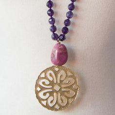 Medallón de latón bañado en oro mate adornado con piedras y/o ágatas y con perla de cristal de roca en colores Cuidados Evitar contacto con perfumes, cremas, ag