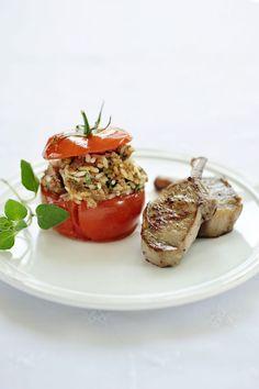 Lamsvlees met een gevuld tomaatje  http://www.njam.tv/recepten/lamsvlees-met-een-gevuld-tomaatje