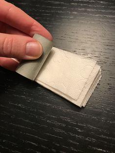Nisseløjer – ideer – Kreative Løyerligheder Card Holder, Cards, Creative, Rolodex, Maps, Playing Cards
