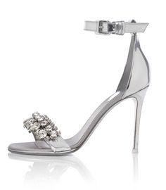 La chaussure Givenchy en argent pour la série limitée Silver Lining http://www.vogue.fr/mode/news-mode/diaporama/le-shoe-heaven-floor-d-harrods-chaussures-londres/19982#!le-shoe-heaven-floor-d-039-harrod-039-s-givenchy-pour-la-collection-silver-lining