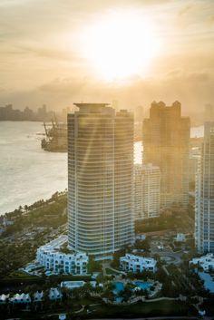 #Miami no es solo #playas y mar, sus edificios se destacan por sobre cualquier amanecer y sus espejos parecen perderse en el sol. ¡Viajar y presenciar esa imagen sería ideal! http://www.bestday.com.mx/Miami-area-Florida/