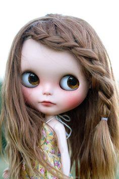 Blythe con el pelo castaño y con una trenza al lado