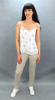 Top estampado brillo. 100% algodón. Talla única. Estampado de flores. Detalle de lentejuelas. White Jeans, Pants, Tops, Fashion, Sparkle, Sequins, T Shirts, Flowers, Trouser Pants
