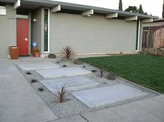 Side Yard Walkway Ideas | . For a unique take on the stepping stone pathway, divide your yard ...
