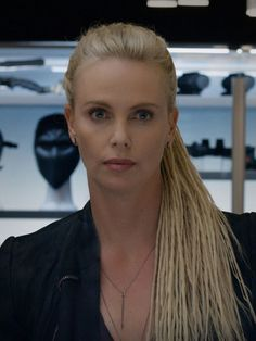 Charlize Theron Looks Totally Different with Baby Bangs - Celebrities Female Celebrity Hairstyles, Braided Hairstyles, Charlize Theron Oscars, Atomic Blonde, Attractive People, Sensual, Beautiful Actresses, Hollywood Actresses, Models