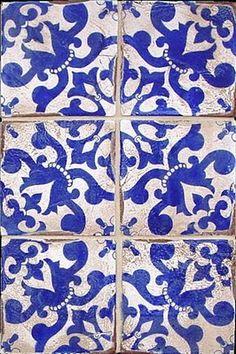 Mosaicos azules y blancos.