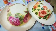 Decoupage sobre sombreros Painted Hats, Hand Painted, Decoupage, Irish Lace, Flower Crafts, Creative Inspiration, Fascinator, Diy And Crafts, Decorative Plates