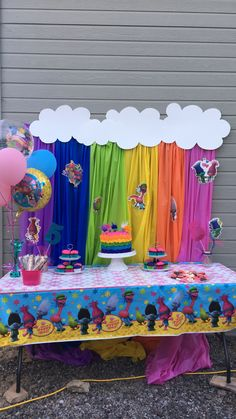 Easy backdrop with cheap plastic table cloths Trolls Birthday Party, Kids Birthday Themes, Troll Party, 6th Birthday Parties, Third Birthday, Birthday Fun, Los Trolls, Festa Party, First Birthdays