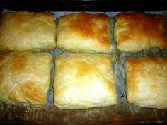 MERDENELE CU BRÂNZĂ SĂRATĂ Cine nu și-a potolit măcar o dată în viață foamea cu o merdenea fierbinte și un pahar de iaurt răcoritor? Fie că ești elev, student sau My Recipes, Chicken Recipes, Cooking Recipes, Romanian Food, Romanian Recipes, Savory Snacks, Pastry Cake, I Foods, Bakery