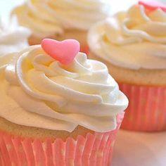 Frost Cupcakes, Buttercream Cupcakes, Vanilla Cupcakes, Yummy Cupcakes, Cupcake Frosting, Strawberry Yogurt Smoothie, Strawberry Frosting, Fruit Smoothie Recipes, Strawberry Cupcakes