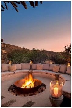 Outdoor fire pit Cozy Backyard Fire Pit with Seating Area Ideas < Home Design Ideas < queenchefr Cozy Backyard, Backyard Seating, Backyard Patio Designs, Fire Pit Backyard, Backyard Landscaping, Desert Backyard, Deck Fire Pit, Garden Fire Pit, Fire Pit Area