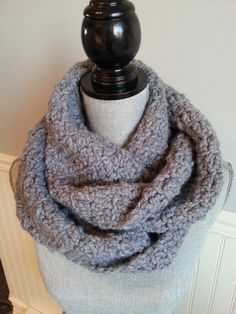 GRIS infini SCARF  gris tricot écharpe  par LesBijouxLibellule Crochet Snood, Unisex Gifts, Circle Scarf, Winter Trends, Gift Guide, Cowl, Infinity, Winter Fashion, Scarves