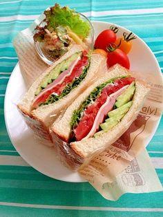 楽天が運営する楽天レシピ。ユーザーさんが投稿した「簡単☆定番 ハムチーズのサンドイッチ♪」のレシピページです。ハムチーズ…定番ですが野菜もたっぷりで栄養満点&お腹も満足♪2016.11.03.PICK UPレシピ掲載ありがとうございました☆。サンドイッチ。食パン(6枚切り),バターorマーガリン,サニーレタス,トマト小,スライスチーズ,きゅうり,マヨネーズ,ハム