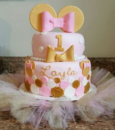 Minnie Mouse pink and gold birthday cake; gone have to copy this for my babies first birthday Minnie Mouse 1st Birthday, Minnie Mouse Baby Shower, Baby Girl 1st Birthday, Minnie Mouse Pink, Minnie Mouse Party, Gold Birthday, Baby Shower Cake Decorations, 1st Birthday Party Decorations, 1st Birthday Cakes
