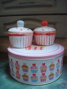 Formička na muffin Formičky na muffins a cupcake..a nebo na něco úplně jiného:-)))) Barevné,veselé,roztančené formičky s pokličkami na dobroty. Vysoké 5 cm,s pokličkou 9 cm,široké 9,5 cm Cena za kus a barvička je příloze :-)