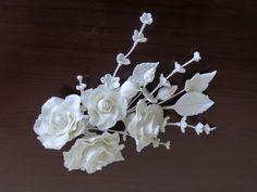 Pequeno arranjo de flores em biscuit