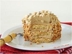 """Le joli mois de mai! J'espère qu'il va se rattraper et nous offrir quelques beaux rayons de soleil parceque ce n'est pas vraiment son jour aujourd""""hui. On se console en se dorlotant, en se faisant plaisir et j'ai choisi de vous offrir """" les carrés moka... Poke Cakes, Lava Cakes, Cupcake Cakes, Fudge Cake, Brownie Cake, Cafe Moka, Belgium Food, Custard Cake, Gingerbread Cake"""