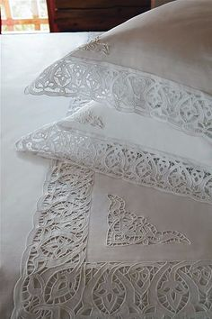 Cutwork Embroidery, White Embroidery, Embroidery Patterns, Machine Embroidery, White Coverlet, Linens And More, Point Lace, Antique Lace, Embroidery Techniques