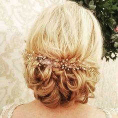 Kryształki, kwiatki i listki 🌿 Bardzo delikatny grzebyk, zgodnie z życzeniem Ani 👰  #veloefilo #weddingaccessories  #ozdoba #weddinghair… Wedding Hair Accessories, Wedding Hairstyles, Crown, Instagram Posts, Fashion, Moda, Corona, Fashion Styles, Wedding Hair