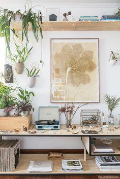 O apartamento acolhedor de um casal que ama flores, plantas e madeira. Em cada cômodo diferentes espécies de folhagens se misturam em harmonia.