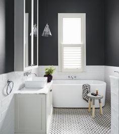 idée géniale salle de bain taupe, baignoire à poser, vasque à poser, carrelage en noir et blanc