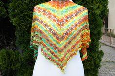 #Mode #Accessoires #Tuch #Dreieckstuch #Farbverlaufswolle #grün #orange Hier ein Exemplar der Kollektion Tücher: dieses Mal ein besonders edles und elegantes Exemplar aus hochwertiger 100 %...