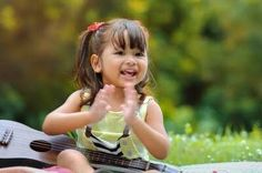 La música es uno de los artes que más beneficia a los niños. Desde la barriga se puede usar la música para convertir a los niños en personas más alegres.