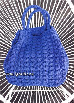 Синяя сумка, связанная из объемной пряжи узором из шишечек. Крючок