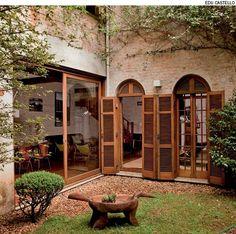 Misture elementos de arquitetura moderna e antiga. O arquiteto Carlos Verna colocou portas-janelas de linhas retas (à dir.) e manteve as portas-balcão do sobrado.