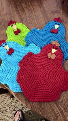 crochet potholder patterns This listing is for 2 crocheted potholders. This adorable chicken is available in colors A-W. There is a hanger on the top so it can be displayed Crochet Kitchen, Crochet Home, Crochet Gifts, Free Crochet, Knit Crochet, Double Crochet, Crochet Potholder Patterns, Crochet Dishcloths, Knitting Patterns