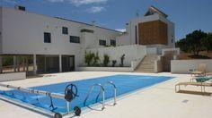 Esta casa de Portugal lo tiene todo: diseño contemporáneo, piscina y además es ecológica. Costa de Prata, cielo azul prácticamente cada día del año.