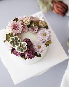 Repost am1122cake 오늘 무지 더워요,,, 이런 색감으로 힐링하고요 #flowercake #flowers #scabiosa #cake #buttercreamcake #studentswork #wilton #koreanflowercake #butter #フラワーケーキ#カップケーキ #japanesecake #am1122cake #wiltoncake #instacake #flower #buttercreamflowercake #플라워케이크 #버터크림 #수제케이크 #꽃스타그램 #케익스타그램 #플라워케익 #꽃케이크 #鲜花蛋糕 #플라워컵케익 #컵케이크 #버터크림플라워케이크 #목수국