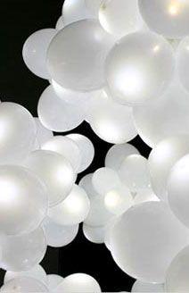 Ajoute des bâtons lumineux dans des ballons de couleur neutre pour créer un bel atmosphère la nuit.