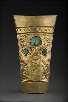 7/ LAMBAYEQUE-SICÁN - le second groupe présente toujours ce personnage mais avec un corps complet et dans le bon sens. Ce sont des objets tronconiques aussi produits par la culture Tiwanaku. La forme reste en usage à la période intermédiaire récente et jusqu'à l'empire Inca. Des pièces employées pour la consommation de la chicha. Les Kero (bois ou céramique) ou aquillas (or, argent) reflètent le statut de leur propriétaire.