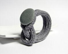 Braccialetto in lana con bottone in lino. Grigio by ylleanna, €20.00