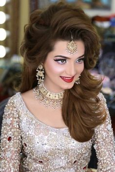 Love the head piece pakistani engagement hairstyles, indian hairstyles, lehenga hairstyles, bride hairstyles Pakistani Engagement Hairstyles, Wedding Hairstyles For Long Hair, Bride Hairstyles, Hairstyles 2018, Lehenga Hairstyles, Indian Hairstyles, Bridal Makeup Looks, Bridal Hair And Makeup, Bridal Looks