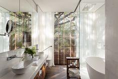 Decoração de: Banheiro; escada de madeira; Casa de Valentina