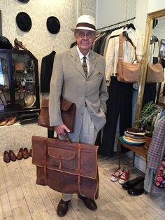 Ska vintagemannen ut och resa måste han ha rätt väska. Den här är minst 75 år.
