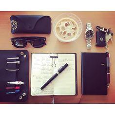 2016.7.10 連日の雨が嘘のように、快晴で良い気持ち、気分も↑ ただ夜は暑いので、冷房を朝まで…身体が怠い↓ ◉ポンコツクエストという動画ハマり中YouTubeで是非◉ #手帳#Pocketbook#diary#財布#wallet#時計#watch#文房具#stationery#ペン#pen#革#レザー#leather#モンブラン#montblanc#レイバン#ray-ban#オメガ#omega#能率手帳