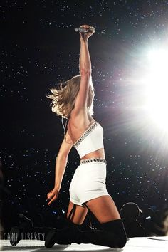 Taylor performing AYHTDWS during the 1989 World Tour in Philly Night 2 on I want to take my Time to fuck my Girlfriend Taylor swift Estilo Taylor Swift, Taylor Swift Concert, Taylor Swift Hot, Live Taylor, Taylor Swift Style, Red Taylor, Miss Americana, The 1989 World Tour, 1989 Tour