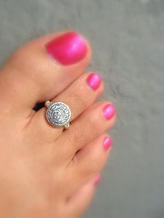 I love the pattern on this adorable toe ring. I had so much fun creating it and it look so much sweeter on my toe. I love this style. The ring is made of a big round metal silver bead with a cool pattern on it.