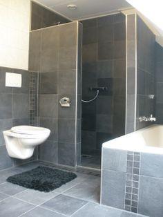 Zwarte 30×30 tegels in de badkamer met mozaiek van dezelfde tegels (48