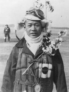桜が…桜を目印に還って来るね Kamikaze pilot covered in cherry blossoms -Pin it by GUSTAVO… Military Photos, Military Art, Pearl Harbour Attack, Kamikaze Pilots, Photo Avion, Imperial Japanese Navy, Evil Empire, Mystique, Us Marines